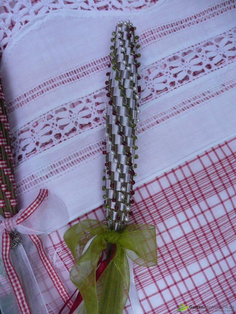 Lavendelkeule mit Perlen in Reih und Glied