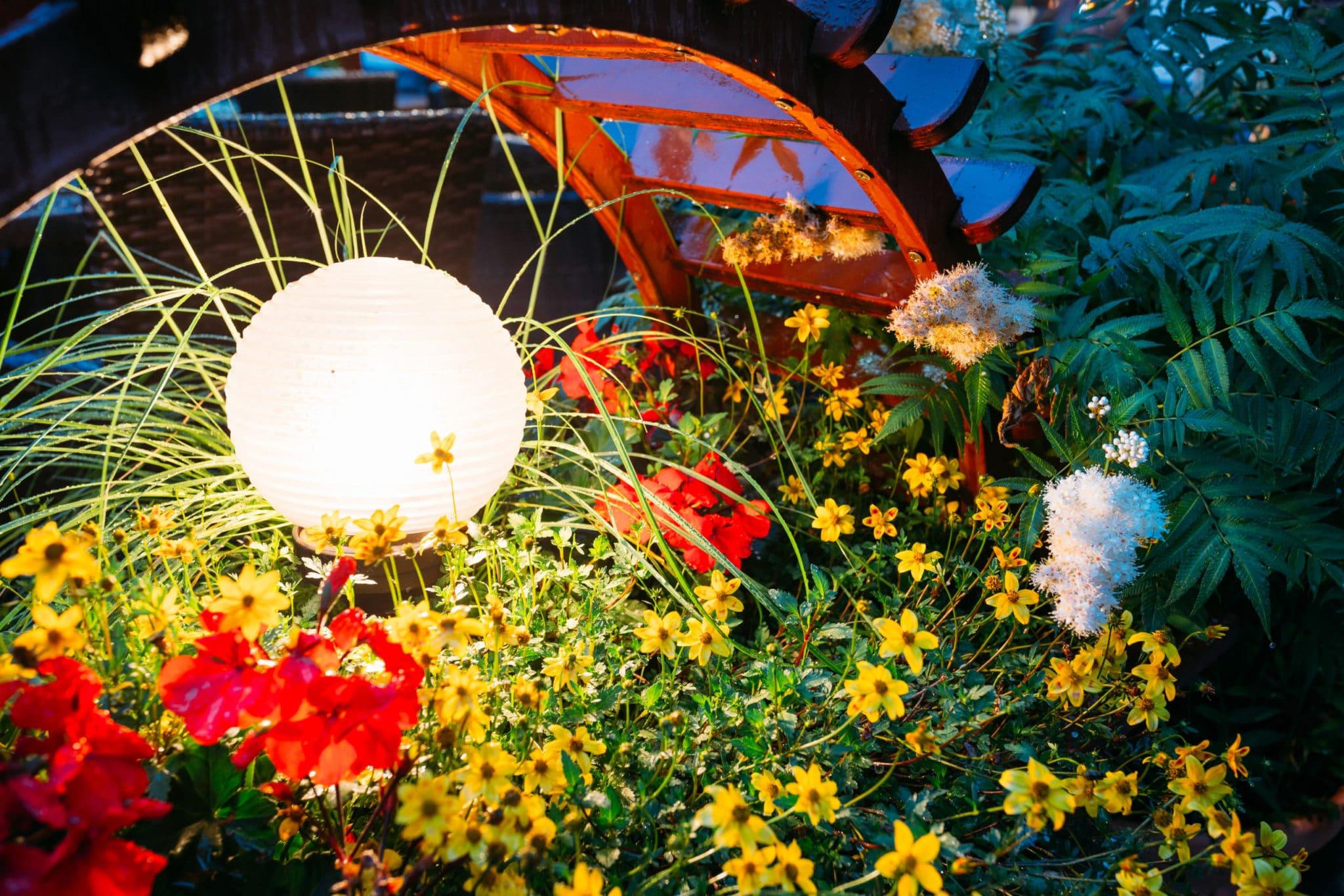 Schöne Beleuchtung im Garten hebt die Stimmung